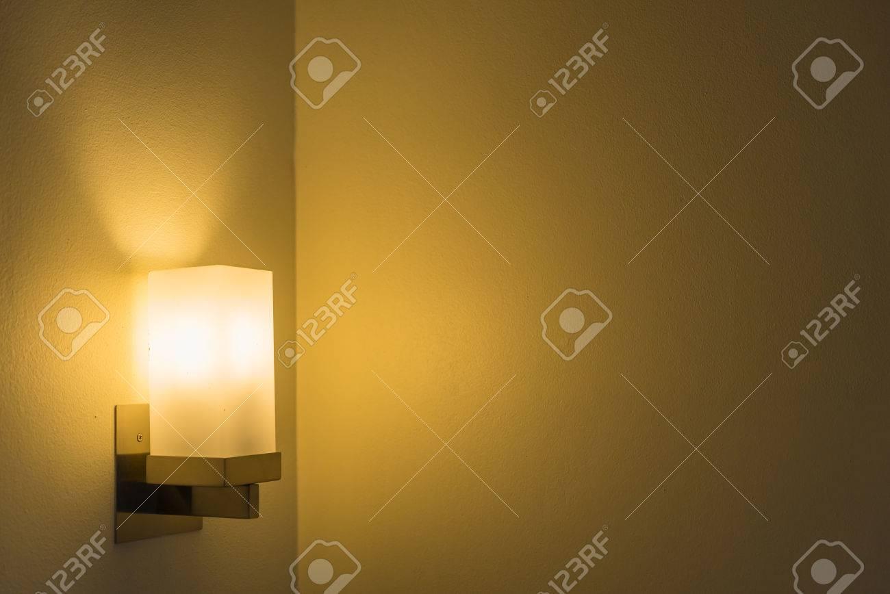 Moderne lampe an der wand und leeren platz für text oder das objekt