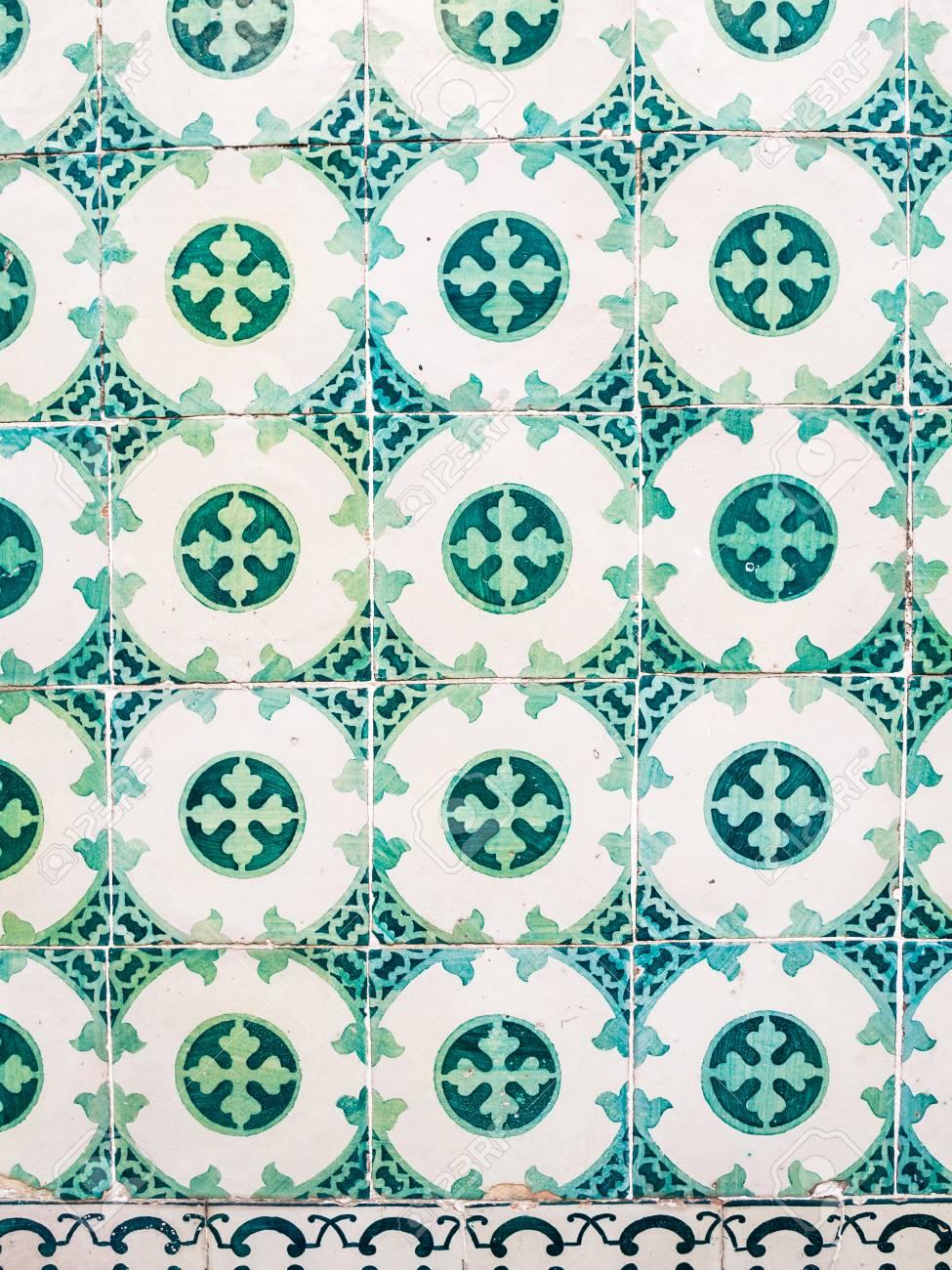 grüne azulejos, alte fliesen in der altstadt von lissabon, portugal
