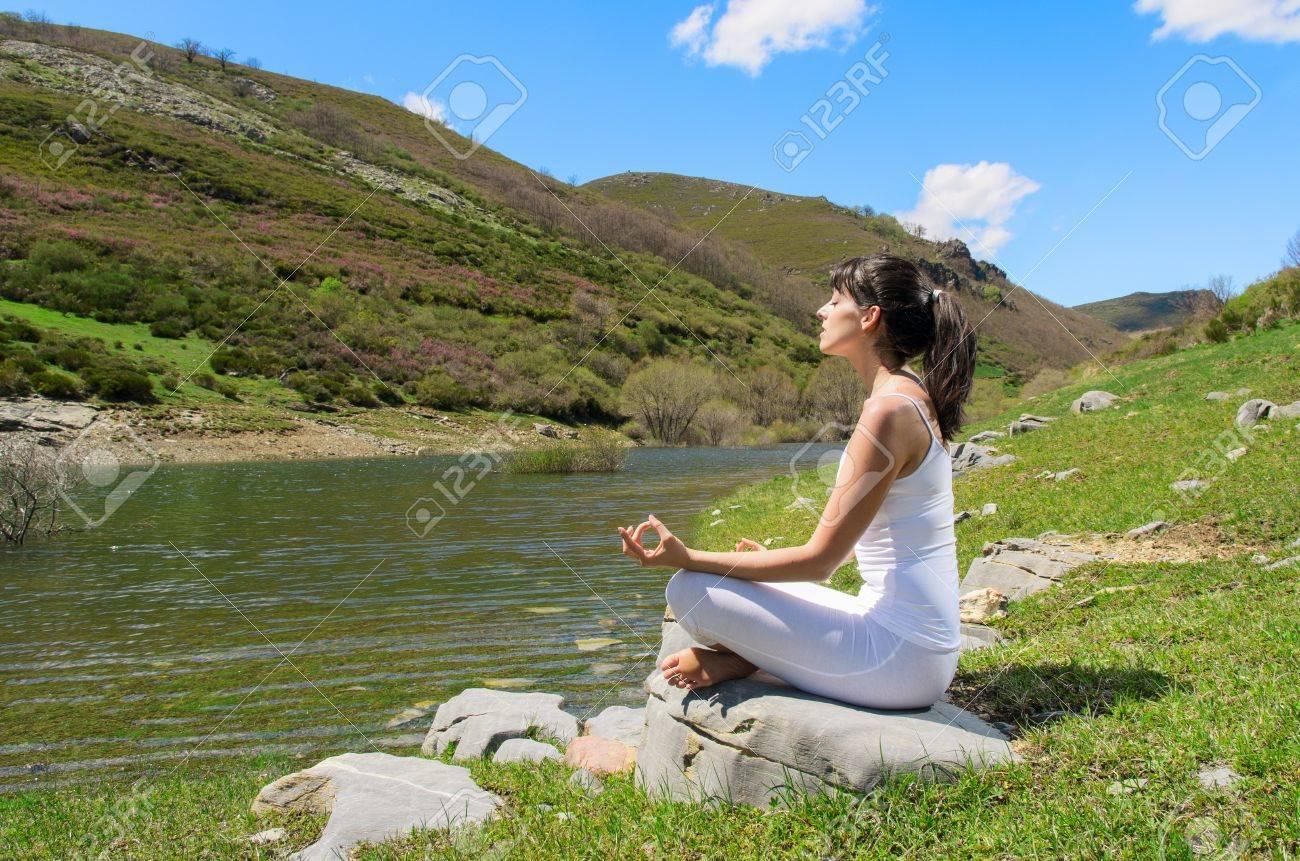 Junge Frau Macht Yoga Und Entspannung In Der Natur. Lizenzfreie ...
