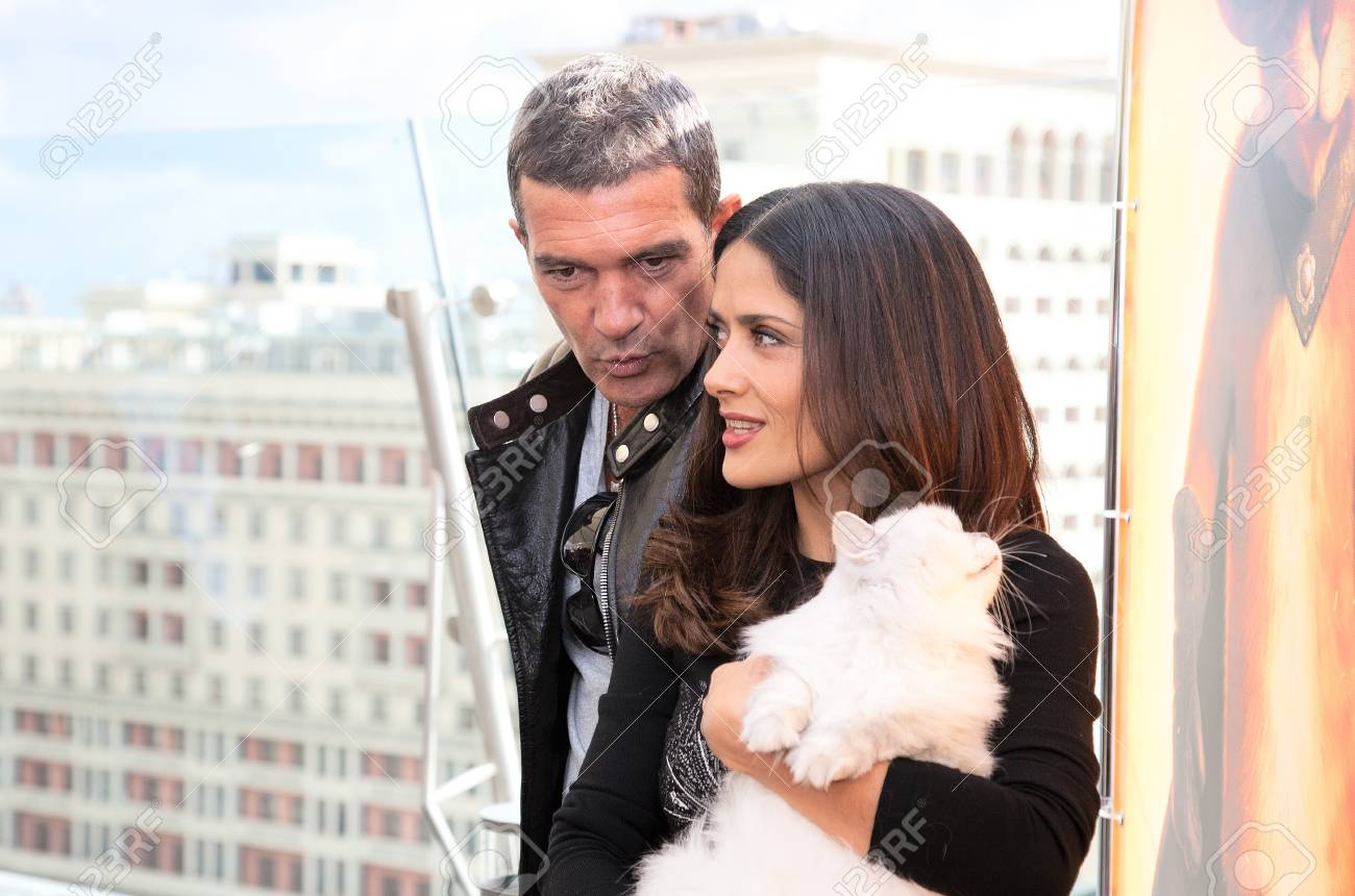 https://previews.123rf.com/images/magicinfoto/magicinfoto1203/magicinfoto120300112/12465725-moscow-july-16-antonio-banderas-and-salma-hayek-arriving-at-the-puss-in-boots-premiere-at-the-ritz-h.jpg