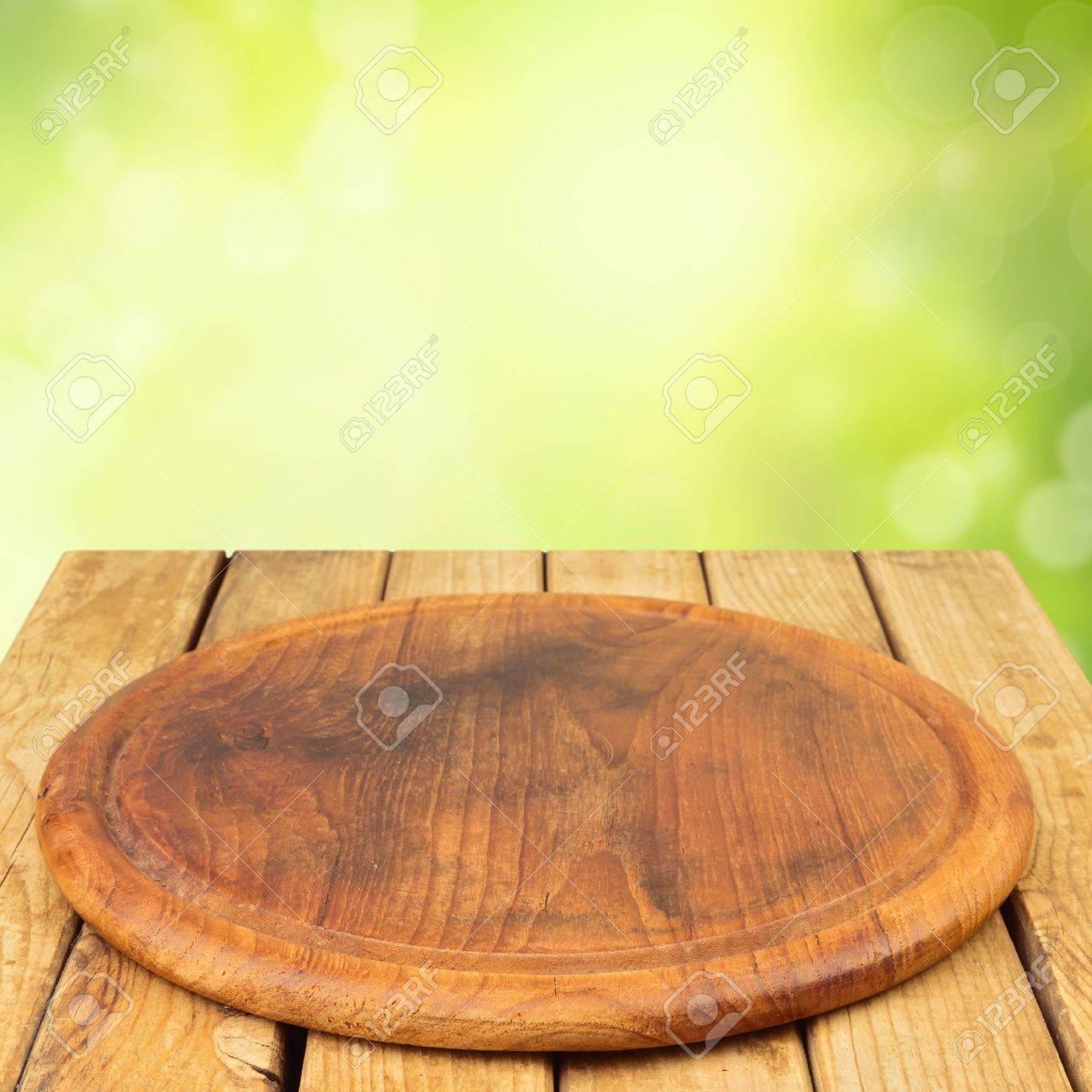 tabla de madera en la mesa de madera sobre fondo de bokeh de jardn foto de