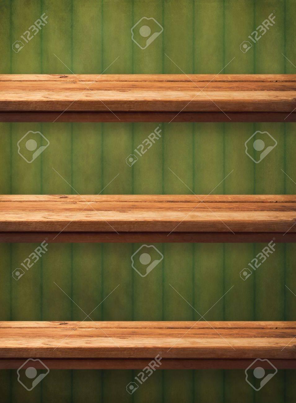 Vintage houten keuken planken over grunge groen behang. klaar voor ...