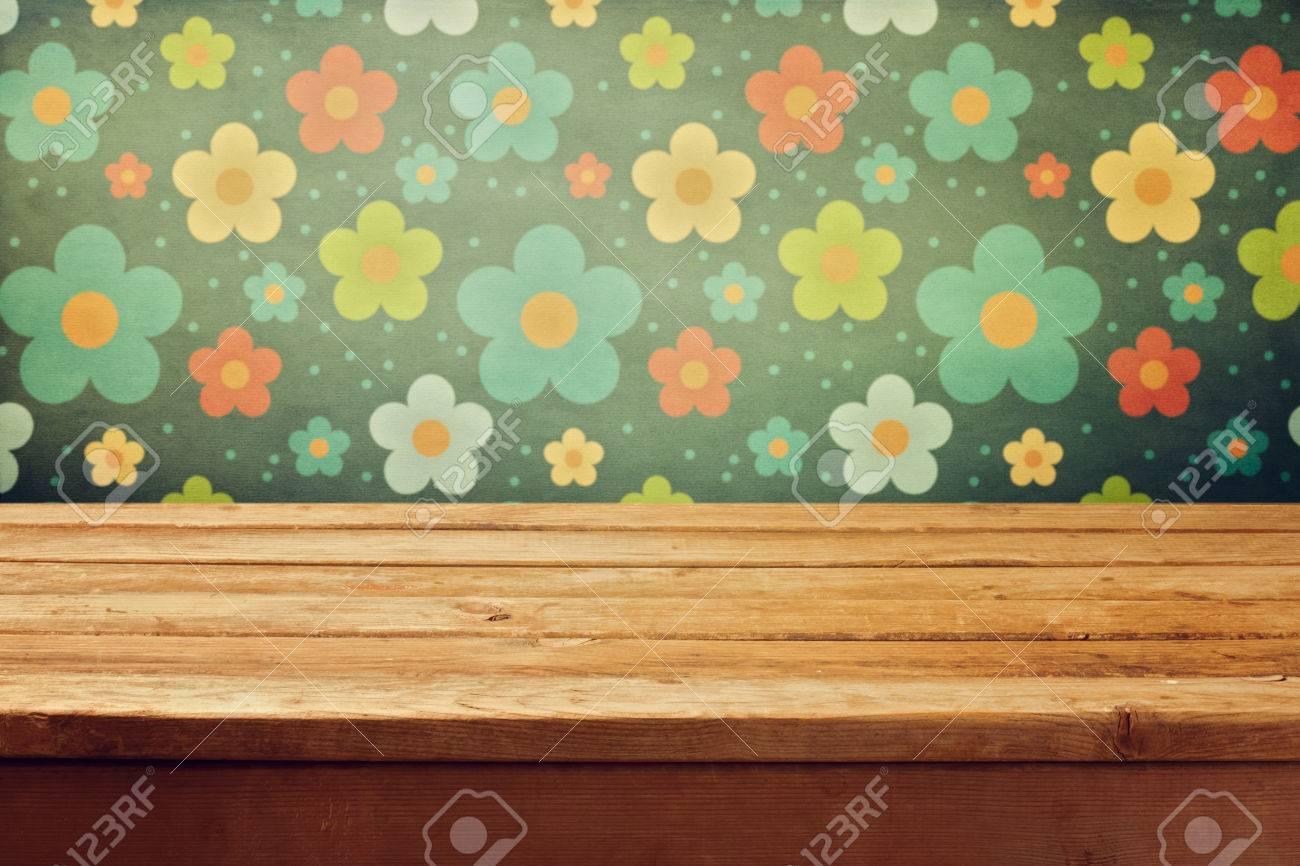 Empty Table De Terrasse En Bois Sur Du Papier Peint Imprime Floral