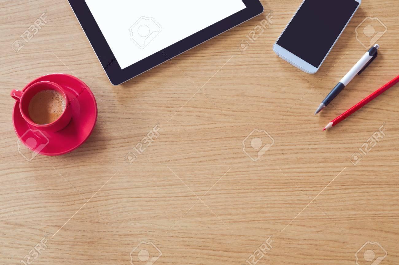 Tablette avec écran vide sur la table en bois bureau