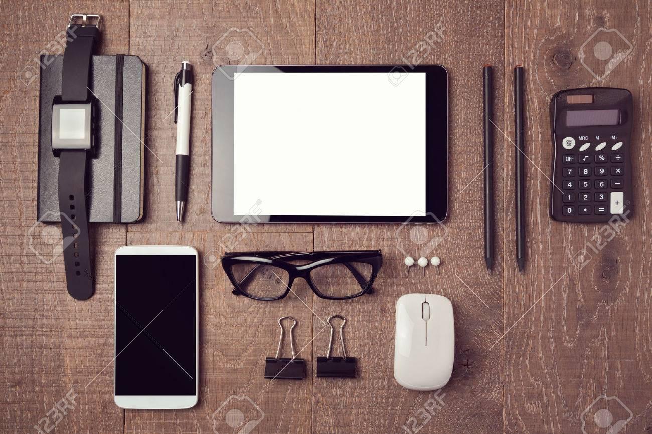 escritorio moderno de la oficina con los gadgets vista desde arriba foto de archivo
