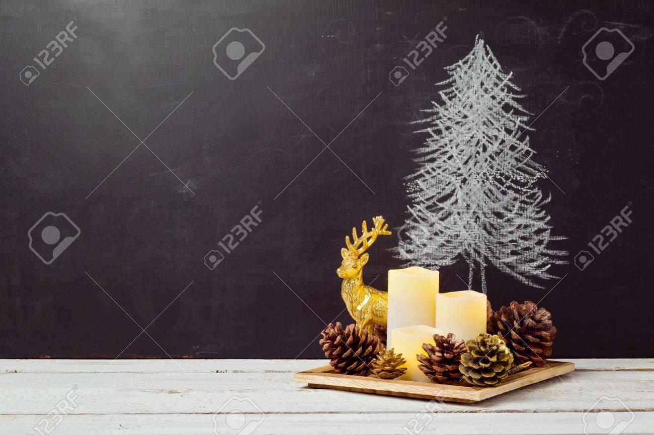 Kerst Tafel Decoratie : Kaarsen en pijnbomen maïs decoratie op houten tafel voor de kerst