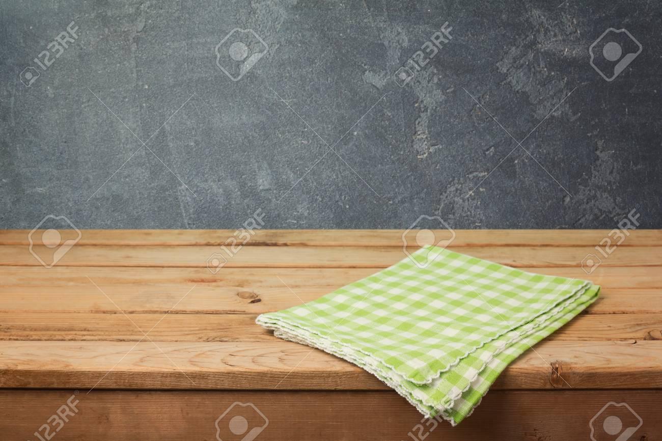 Mesa De Terraza De Madera Vacía Con Mantel Facturado Sobre Fondo De Pizarra Para Exhibición De Montaje De Producto