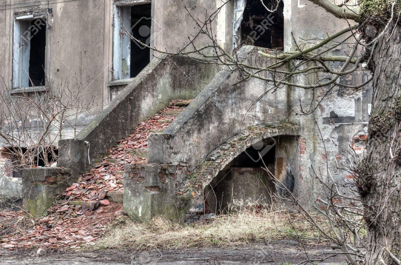 arruinado viejo edificio escaleras exteriores conducen a la izquierda colapso casa del objeto que cae