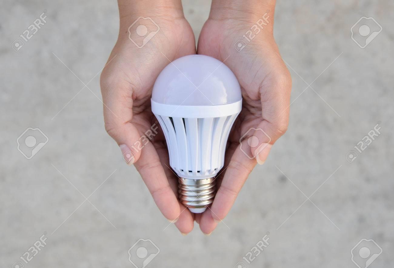 57835115 la technologie d %C3%A9conomie dans notre main ampoule led 5 Superbe Economie Ampoule Led Zat3