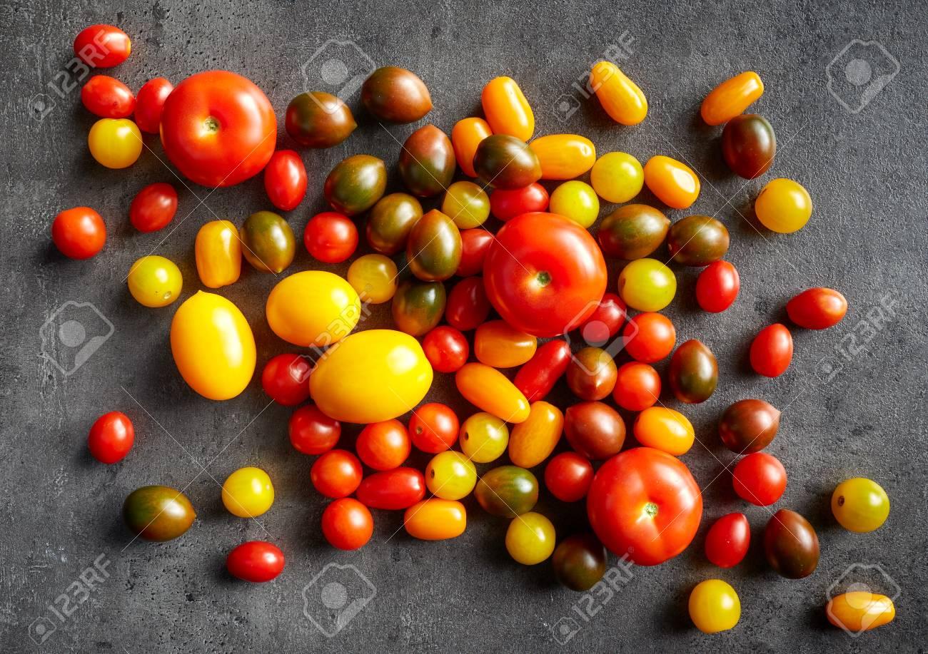 Verschiedene Bunte Tomaten Auf Grau Küchentisch, Ansicht Von Oben ...