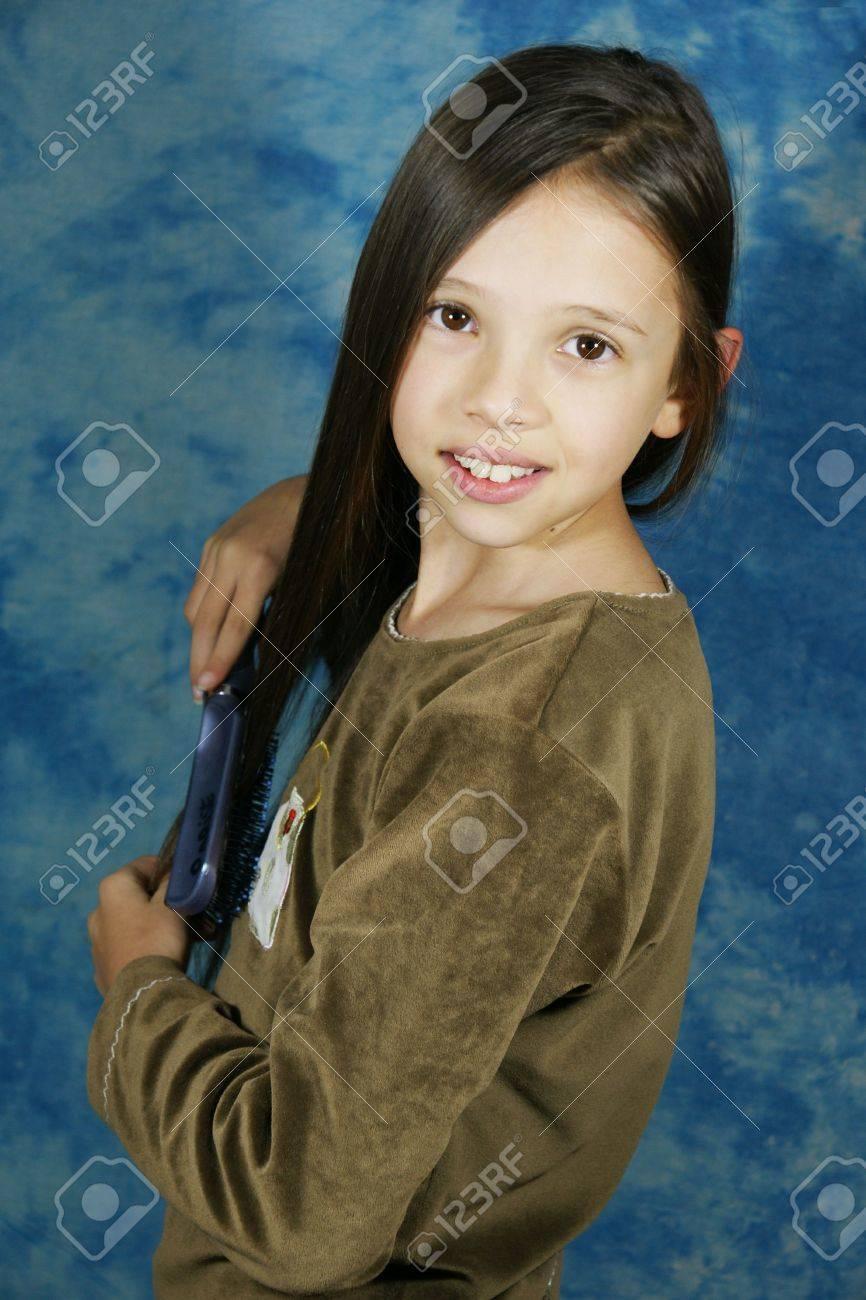 Kind Madchen Frisur Haar Lange Haare Burste Dunkelbraune Haare