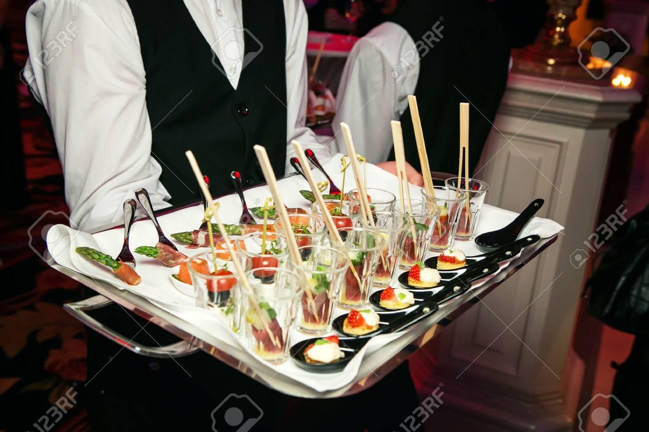 elegant catering foto royalty immagini immagini e archivi elegant catering server con un vassoio di stuzzichini in un banchetto