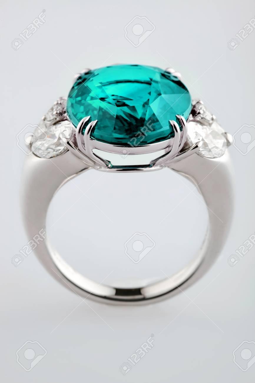 8c4b48eae147 Anillo de oro blanco o plata con zafiro azul o piedras preciosas circón en  el fondo