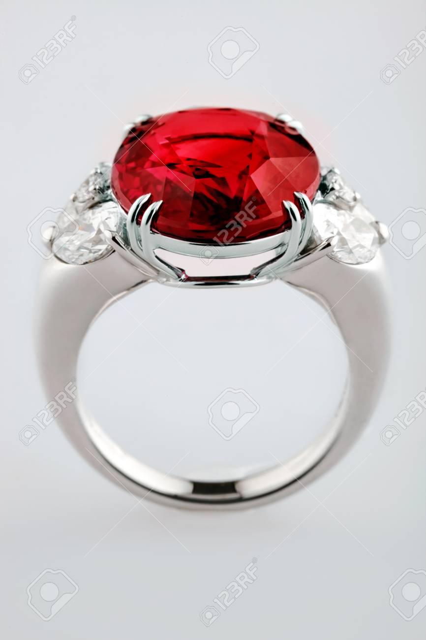 0ffb1f95e11 Bague en or blanc ou argent avec pierre précieuse rouge rubis sur fond  gris. Mise