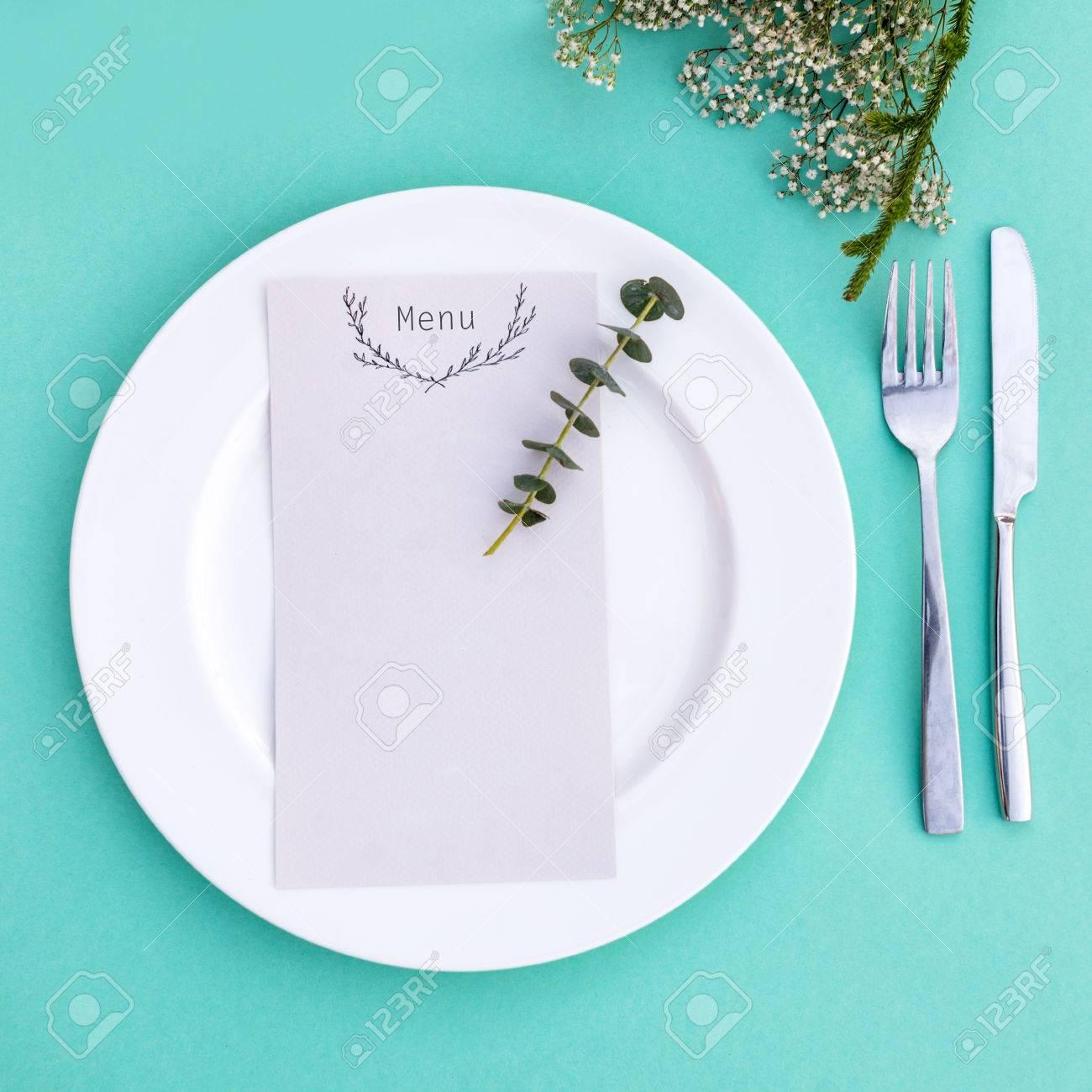 Dinner Menu Fur Eine Hochzeit Oder Ein Luxus Abendessen Tabelleneinstellung Von Oben Elegante Leeren Teller Besteck Und Blumen Lizenzfreie Fotos Bilder Und Stock Fotografie Image 52600819