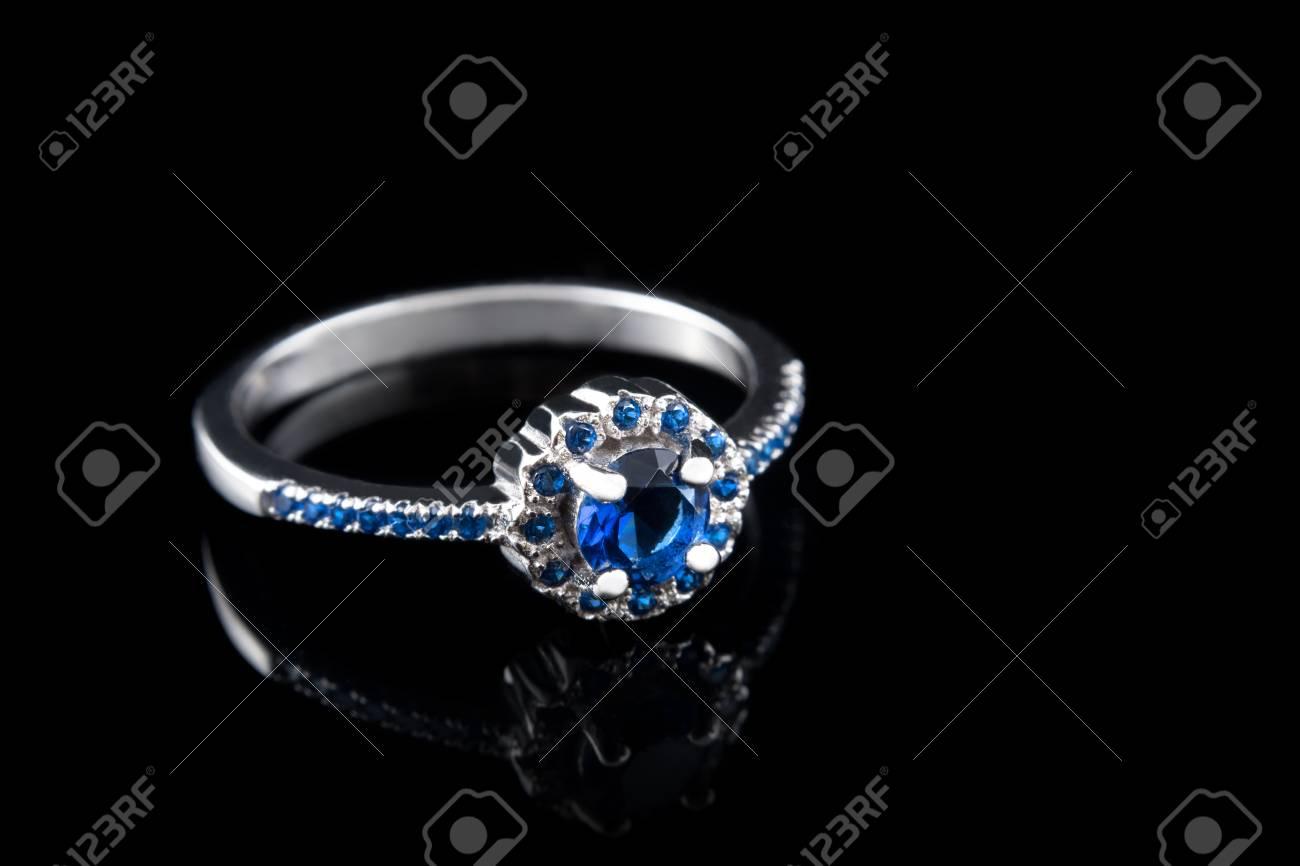 7b264374ab79 Foto de archivo - Joyería de lujo. el oro blanco o el anillo de compromiso  de plata con piedras preciosas de color de cerca sobre fondo negro. enfoque  ...