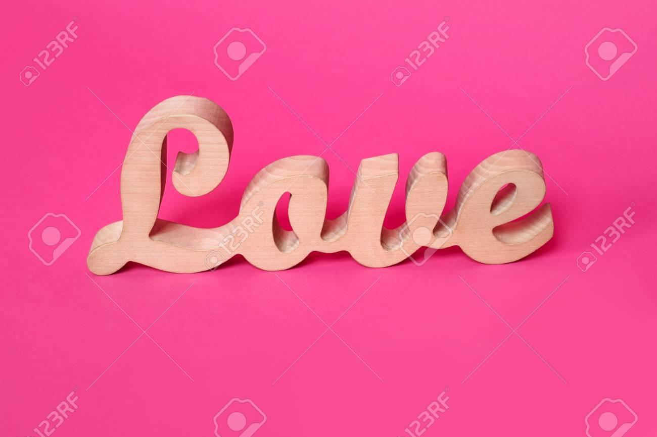 Decorazioni Lettere D Amore amore di parola, lettere di legno su carta rosa. priorità bassa di giorno  di san valentino. lovestory o la decorazione di nozze