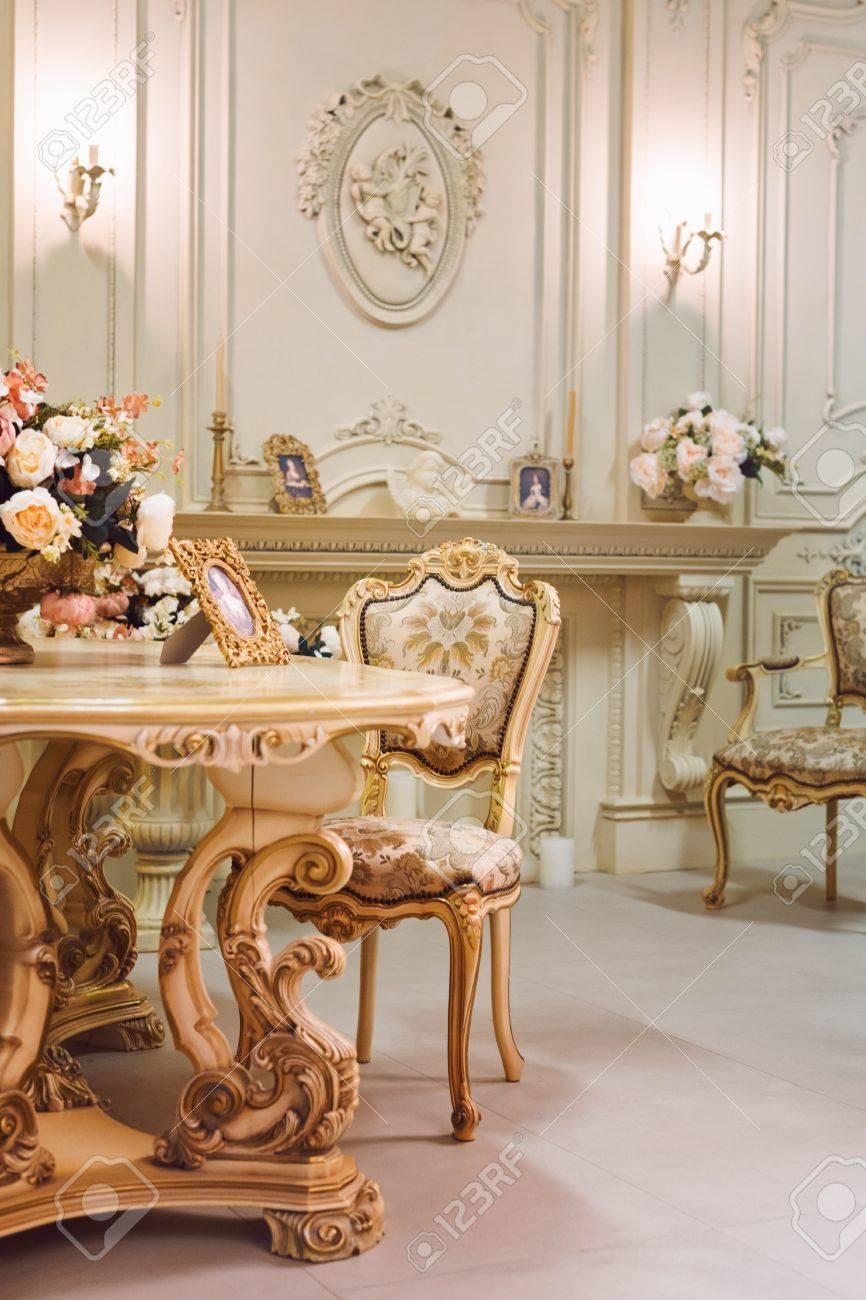Luxus Wohnung, Komfortabel Klassischen Wohnzimmer. Luxuriöse Vintage  Interieur Mit Kamin Im Aristokratischen Stil