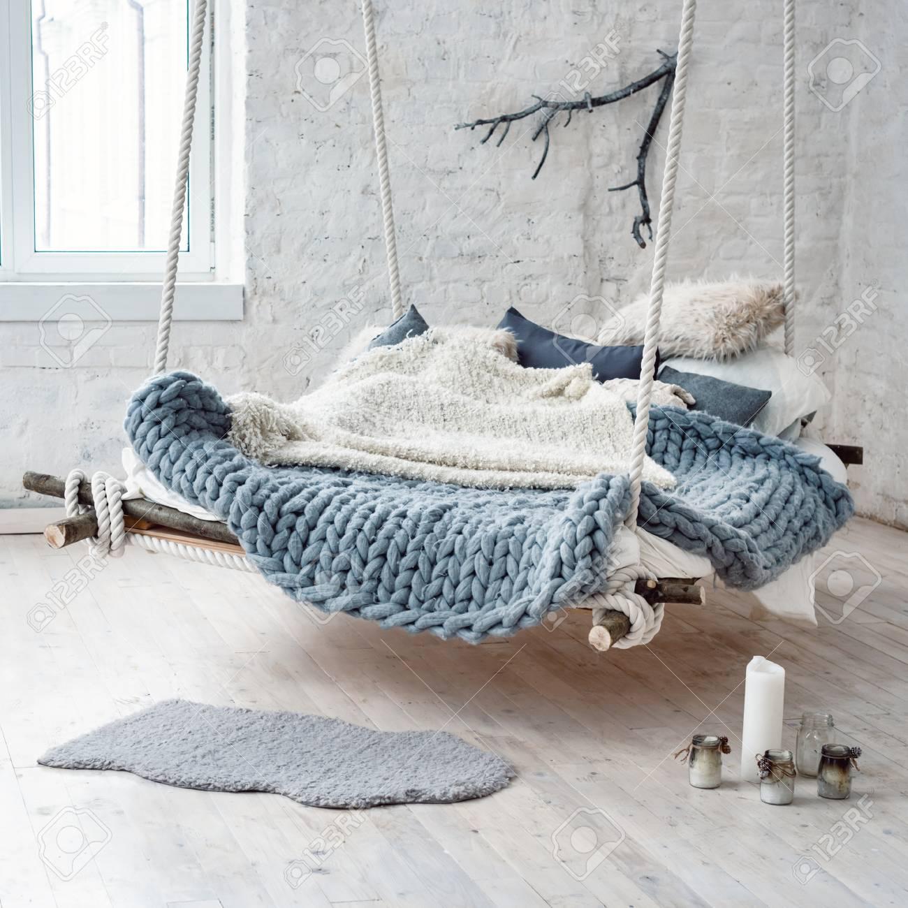 Altillo Interior Blanca En Estilo Escandinavo Clásico. Colgando Cama ...
