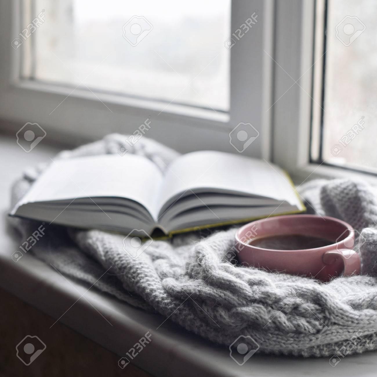 Acogedora Casa Todavía La Vida: Taza De Café Caliente Y Libro ...