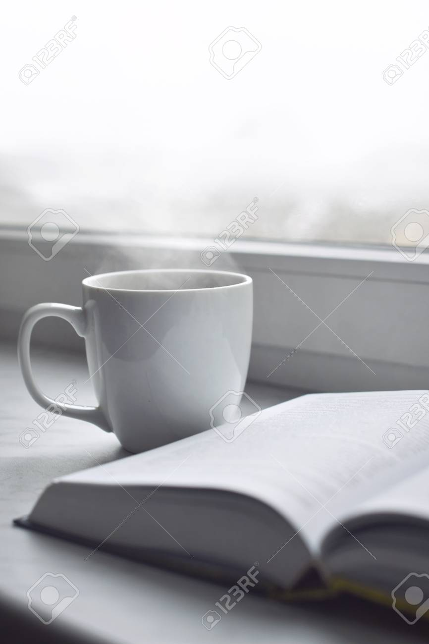 Acogedor Hogar Bodegón: Taza De Café Caliente Y Libro Abierto En El ...