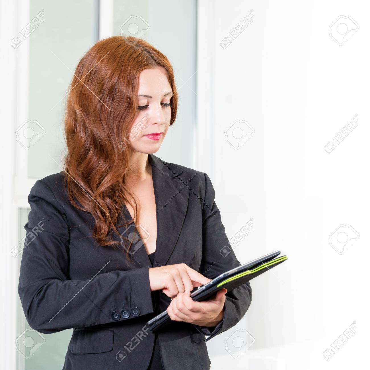 Junge Unternehmerin Im Modernen Buro Hell Die Tablette Mit Einer