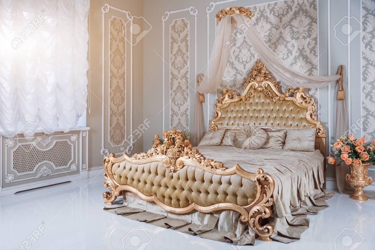 Dormitorio De Lujo En Colores Claros Con Detalles De Muebles De Oro ...
