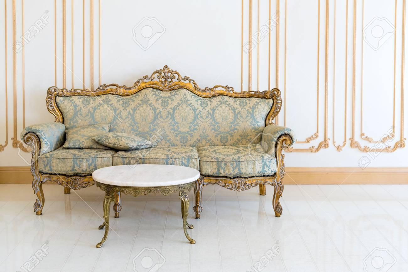 Luxuriöses Wohnzimmer In Hellen Farben Mit Goldenen Möbeldetails. Elegantes  Klassisches Interieur Standard Bild