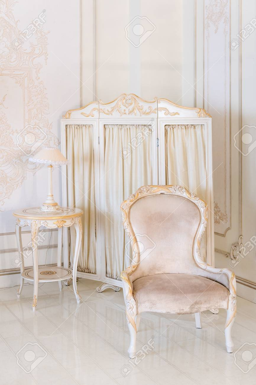 Camera Da Letto Di Lusso In Colori Chiari Con Specchio E Schermo ...