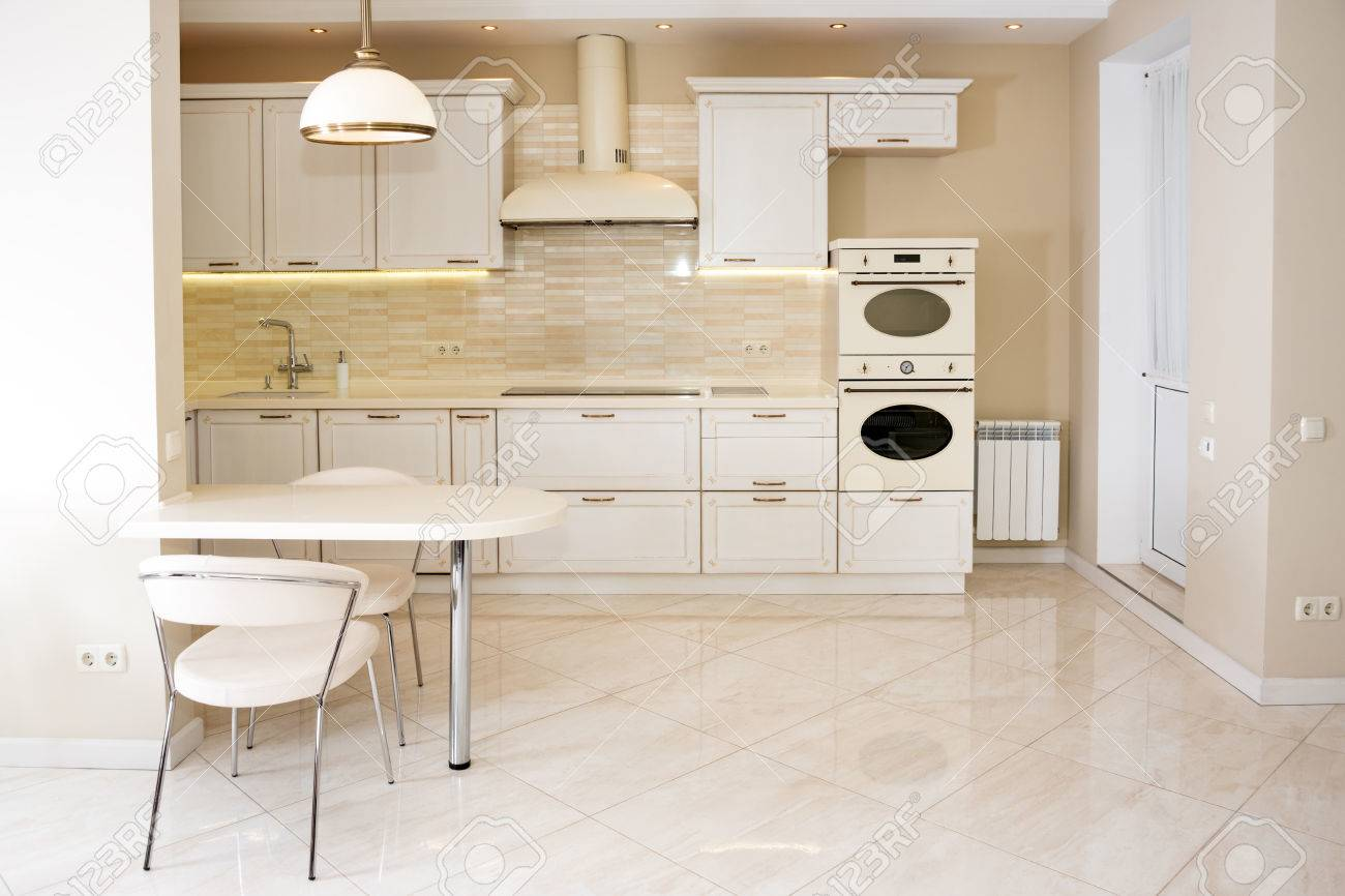 Moderne, Helle, Saubere Kücheneinrichtung In Einem Luxushaus ...