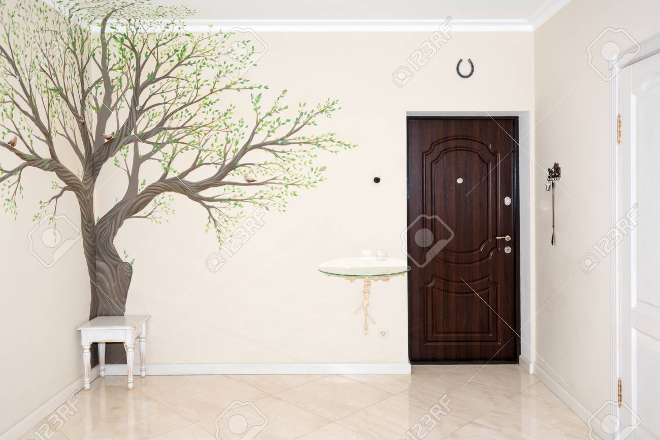 Intérieur de la maison. Couloir d\'entrée avec dessin sur le mur.