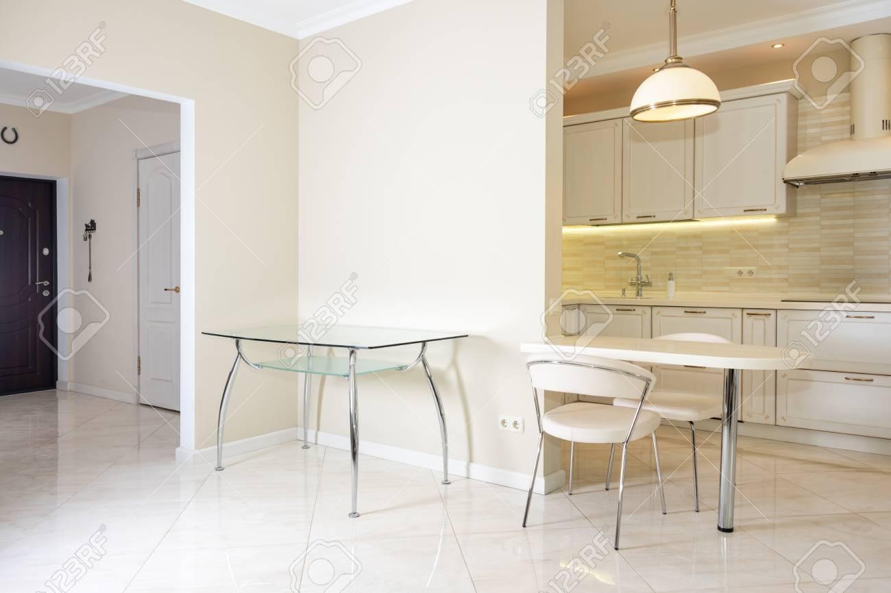Interni Moderni Case Di Lusso : Interno moderno luminoso pulito della cucina in una casa di