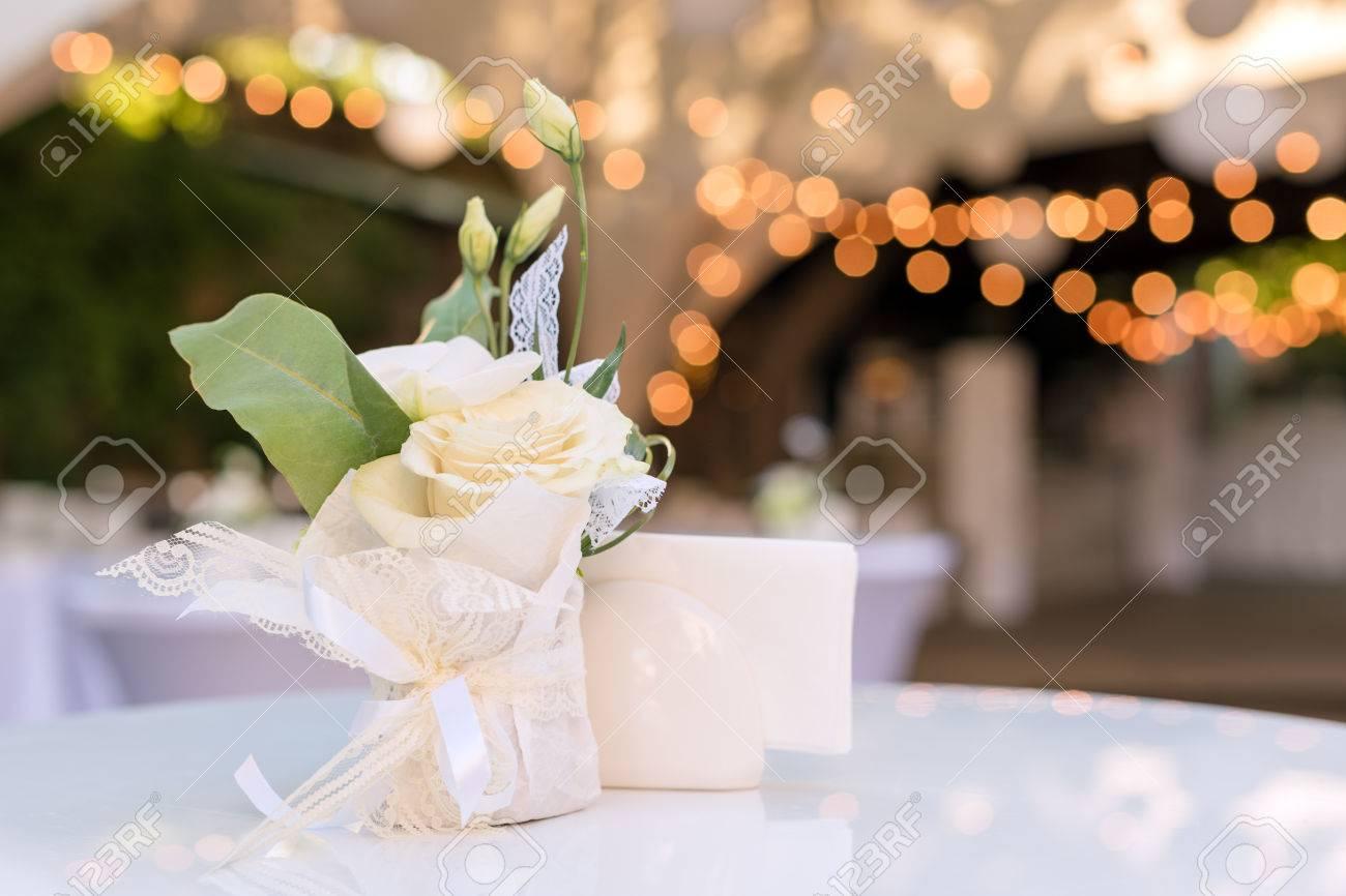 Flores En La Mesa En El Restaurante Al Aire Libre Interior De Una Terraza De Verano De Café Configuración De La Tabla Para La Recepción Nupcial O Un