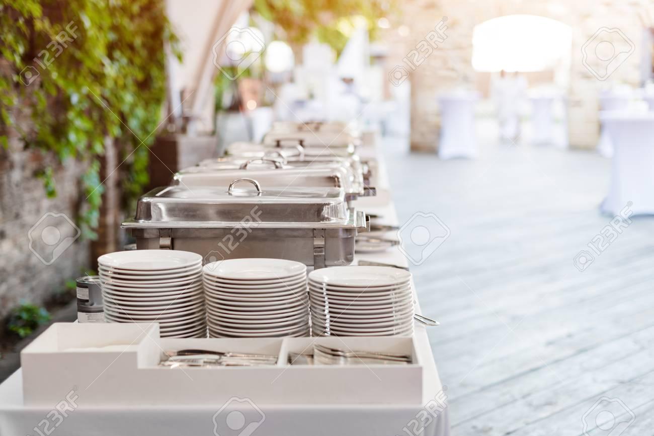 buffets chauffés en attente de service. restaurant buffet à l