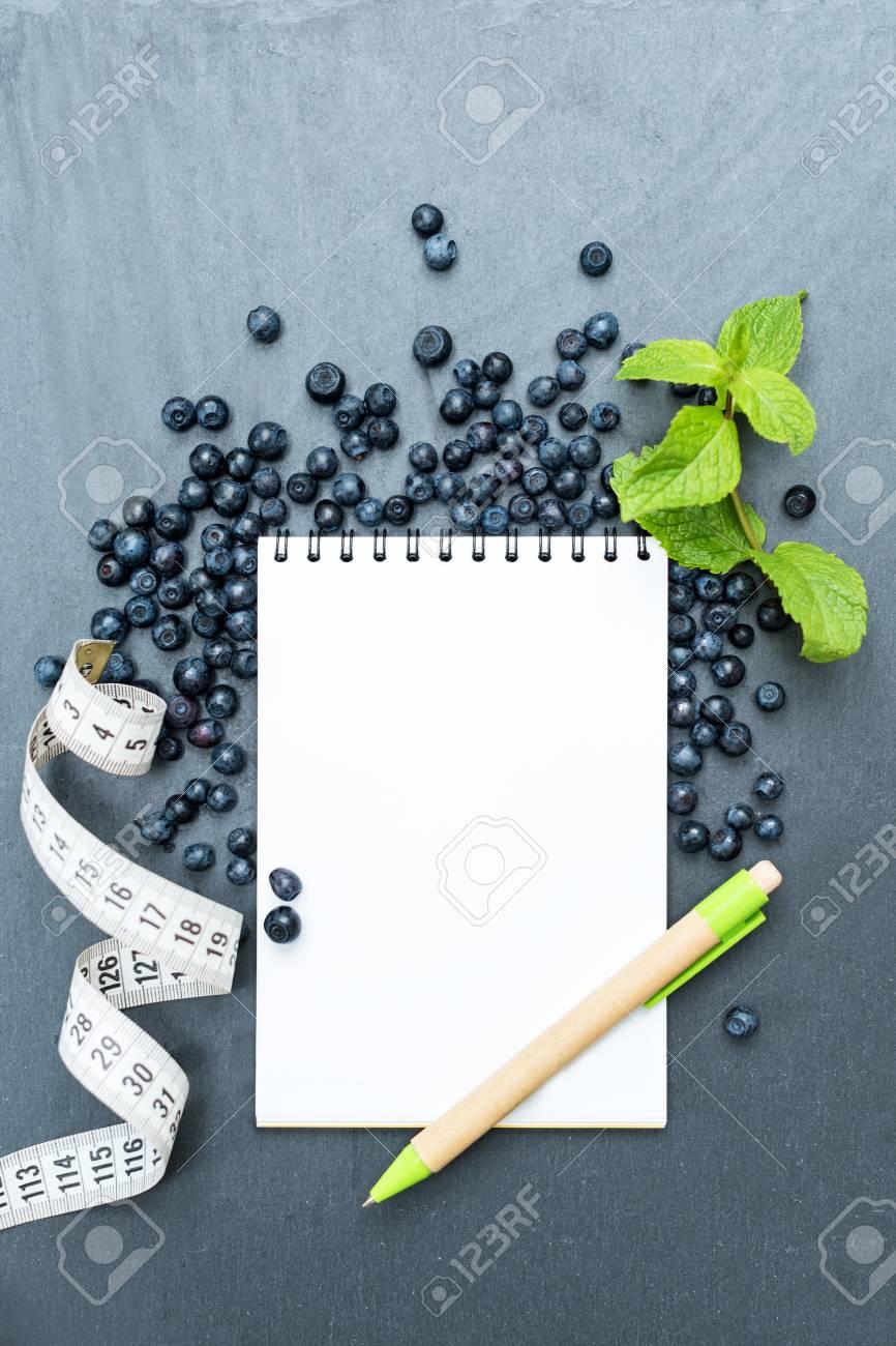 Arándanos, Hojas De Menta Y Bloc De Notas Para Escribir Notas O ...