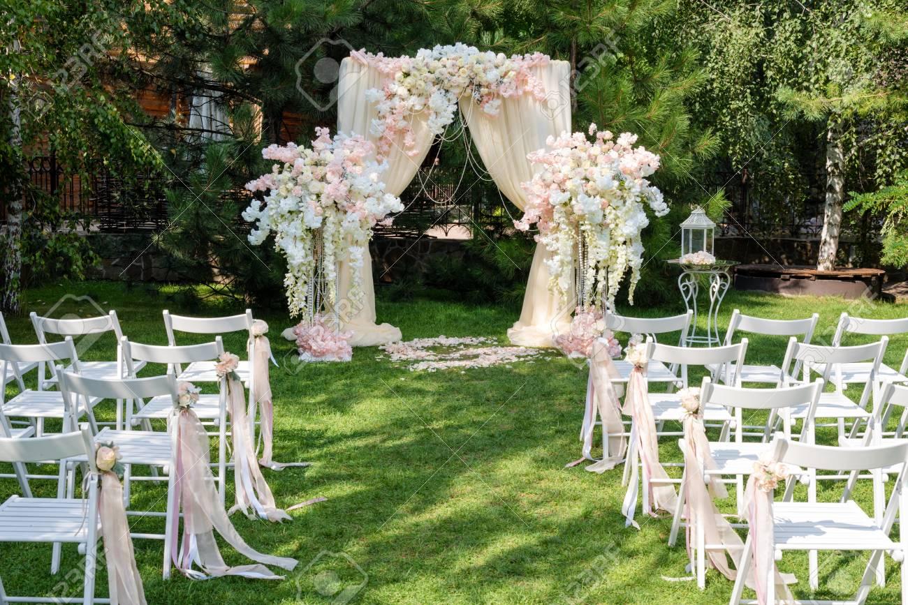 Arche De Mariage Décorée De Tissu Et De Fleurs à L\u0027extérieur. Belle Mise En  Place Du Mariage. Cérémonie De Mariage Sur La Pelouse Verte Dans Le Jardin.
