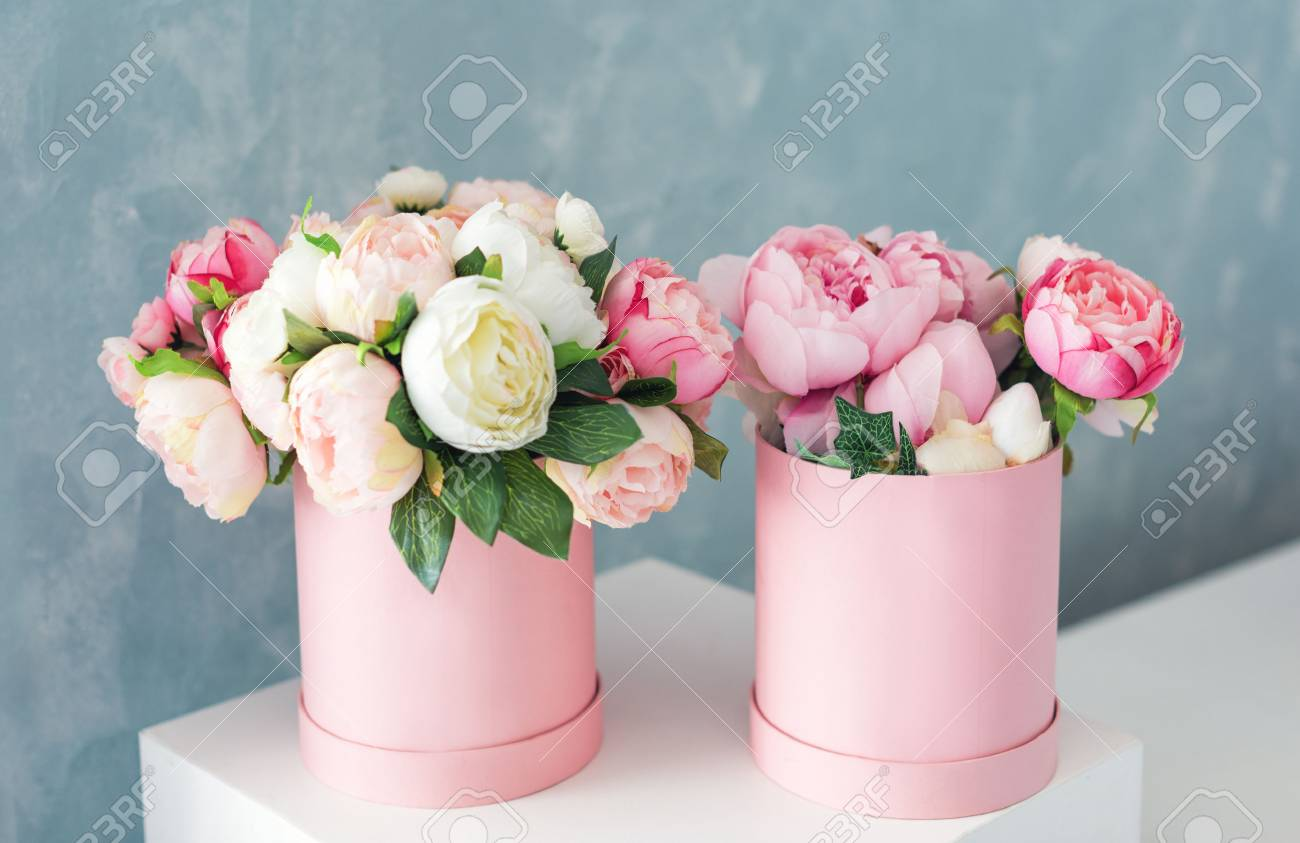 Flowers in round luxury present boxes bouquet of pink and white flowers in round luxury present boxes bouquet of pink and white peonies in paper box izmirmasajfo Gallery