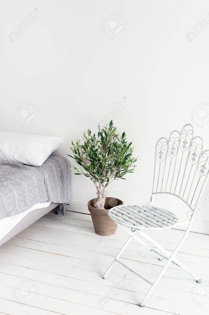 Standard Bild   Weißes Loft Interieur Im Skandinavischen Stil. Gemütliche  Wohnung Im Nordischen Stil, Wohnzimmer Mit Weißem Holzboden, Metallstuhl  Und ...