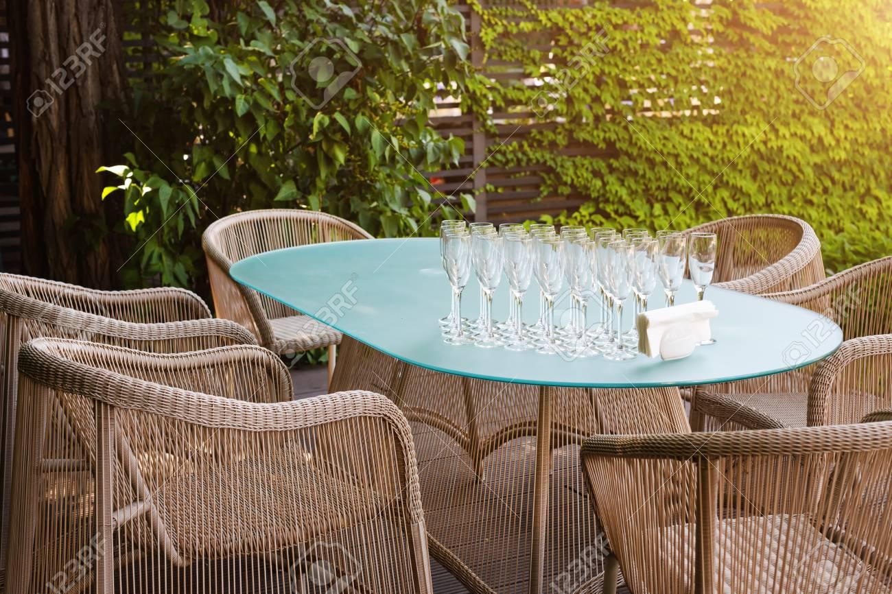 Fauteuils et table en osier, mobilier de jardin moderne. Un espace  confortable pour se détendre dans le jardin.