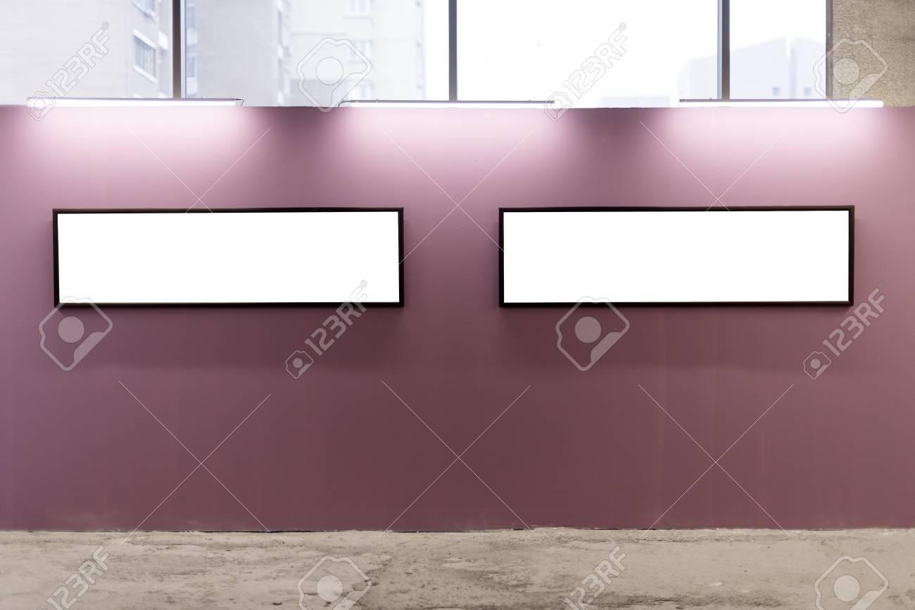 Modello cornici in bianco sul muro rosa all interno dello