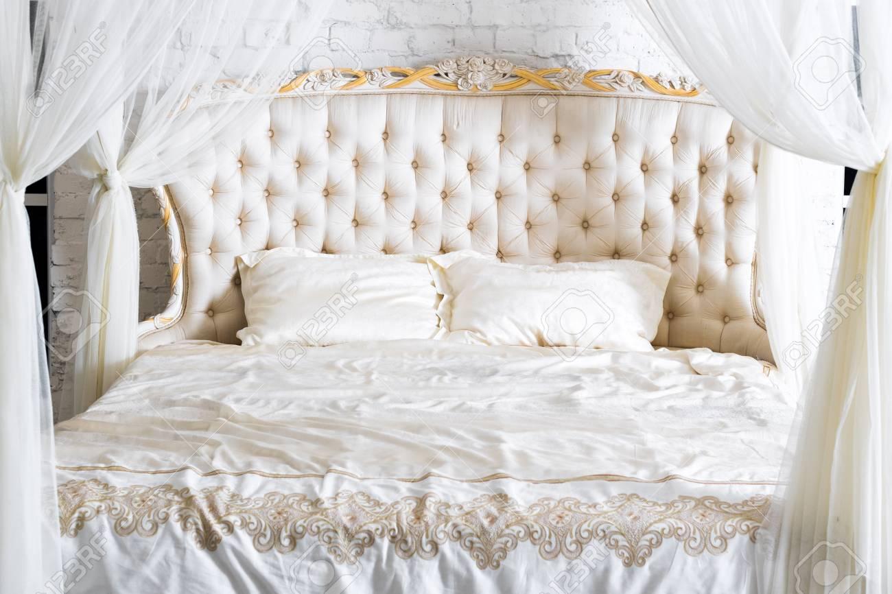 Schlafzimmer In Sanften Hellen Farben. Großes Komfortables Himmelbett Im  Eleganten Klassischen Schlafzimmer. Luxus