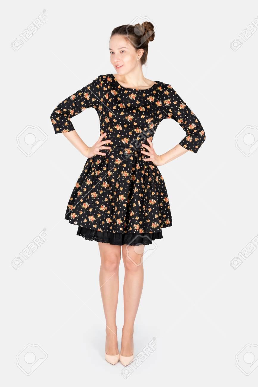 low priced 3900b e1a19 Vestito da portare di modello femminile che propone sulla priorità bassa  neutra grigia. Donna alla moda che propone prodotto, gesto pubblicitario.  ...