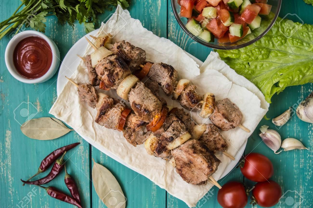 Schweinefleisch Gekocht Mit Gemuse Am Spiess Auf Einem Turkisfarbenen