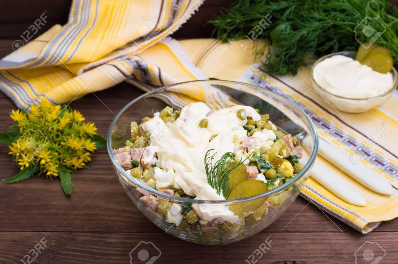 Russischer Traditioneller Salat Olivier Mit Gemüse Und Fleisch ...