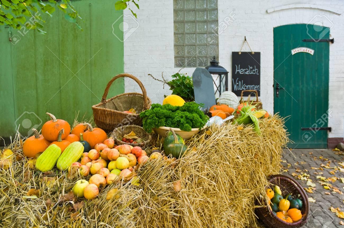 Obst Und Gemuse Auf Strohballen Vor Einem Hofladen Verkauf Von Bio