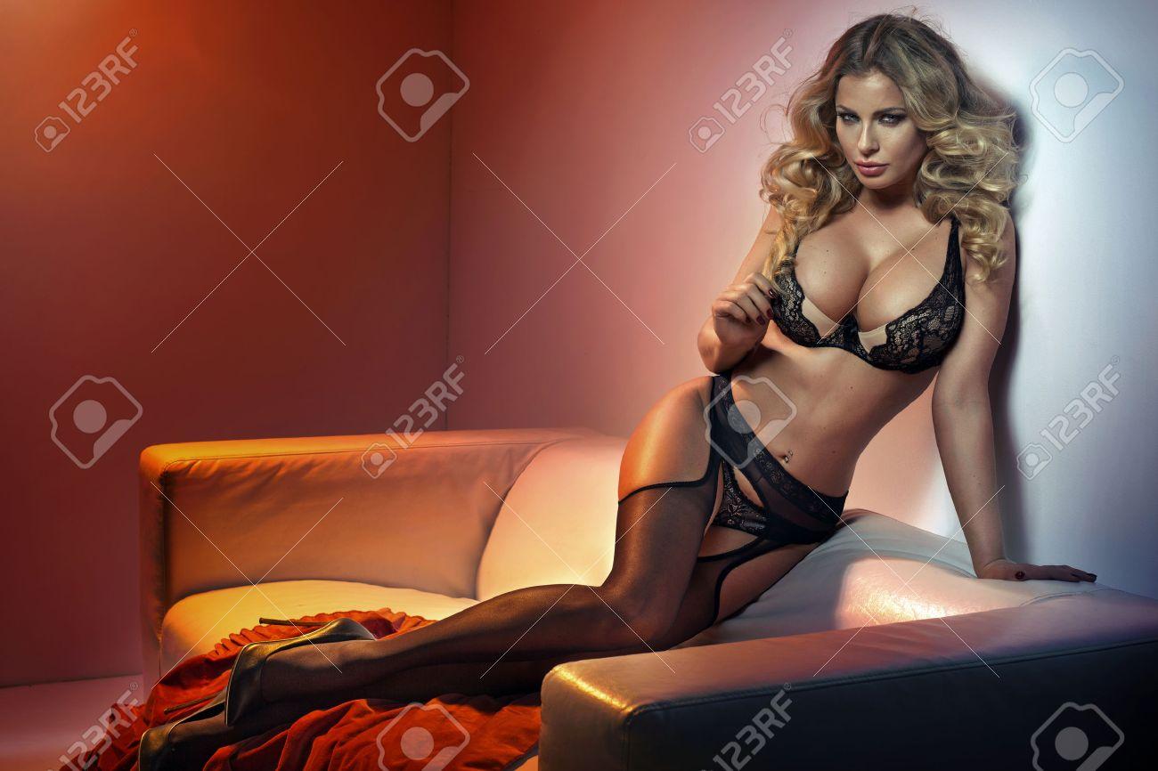 Mujer De Fascinación Que Llevaba Medias Negras Sexys