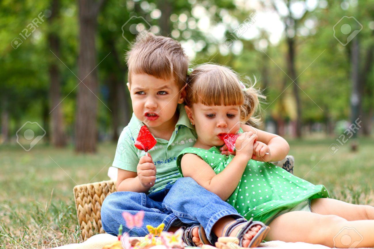 Фото с маленькими девочкой и мальчиком 26 фотография