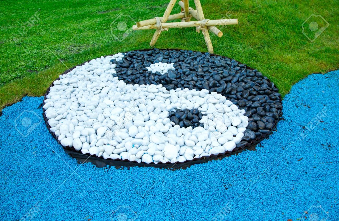 Signo De Yin Yang De Piedras Blancas Y Negras En Un Cesped Verde