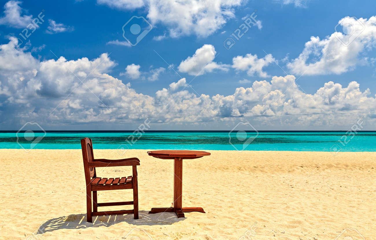 Et Une Kuredu La Plage L'océan CorailMaldivesDans Chaise IndienL'île Sable Table Sur De XkOPiuZ