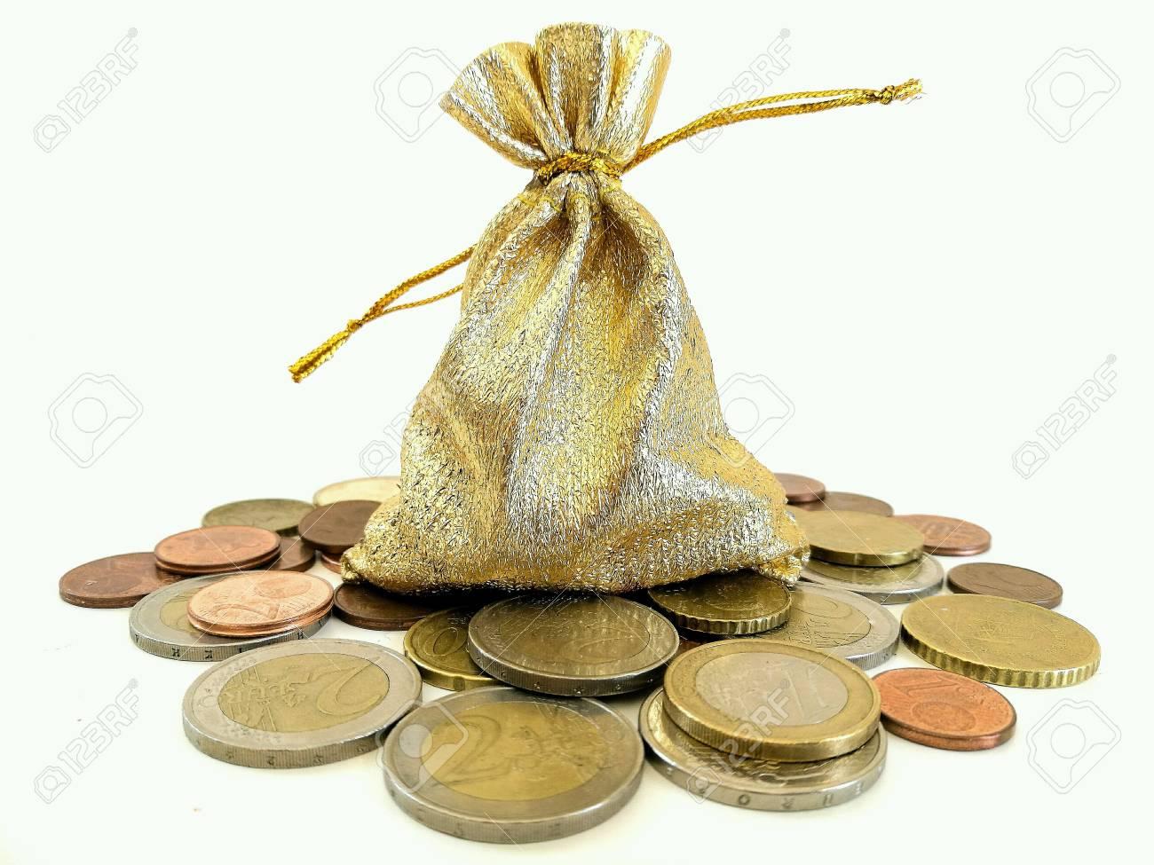 Euro Münzen Und Geschenktüte Auf Weißem Hintergrund